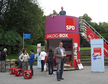 Die SPD steht Rede und Antwort: Dialogbox-Tour macht Halt in Aschaffenburg