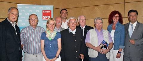v.l.n.r.: Dr. Willi Reiland (60 Jahre), Otmar Wolf (50 Jahre), Martina Fehlner (Landtagskandidatin  Aschaffenburg-Ost), Adolf Amberg (60 Jahre), Andreas Parr (Bundestagskandidat), Norbert Ruppert (65 Jahre), Hartwig Loh (50 Jahre), Heinz Emrich (50 Jahre), Kerstin Westphal (Europaabgeordnete) und Klaus Herzog (Oberbürgermeister)