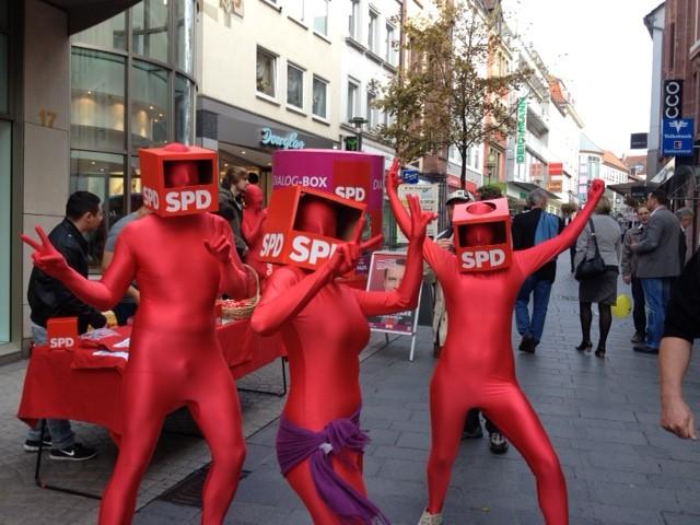 Auffällig: Junge SPD Mitglieder werben für den Wechsel in der Aschaffenburger Fußgängerzone